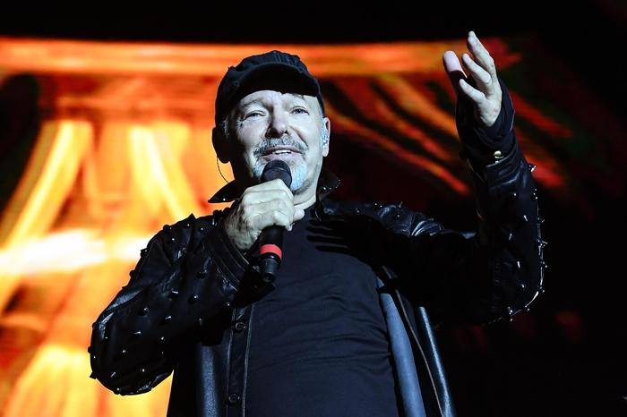 Italian singer-songwriter Vasco Rossi performs on stage during a concert at Parco Ferrari in Modena, Italy, 1July 2017. More than 200 thousand of people came to attend her concert. ANSA/ALESSANDRO DI MEO